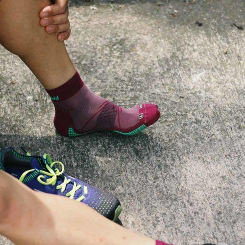 Pies descalzo de los calcetines running finos